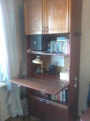 Продаем секретер  писменный ученический с выдвигающимся столом ,  полочками